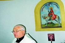 NOVÝ OBRAZ. Farář Jan Janoušek na snímku posvětil obraz svatého Václava v kapli na Mařském vrchu.