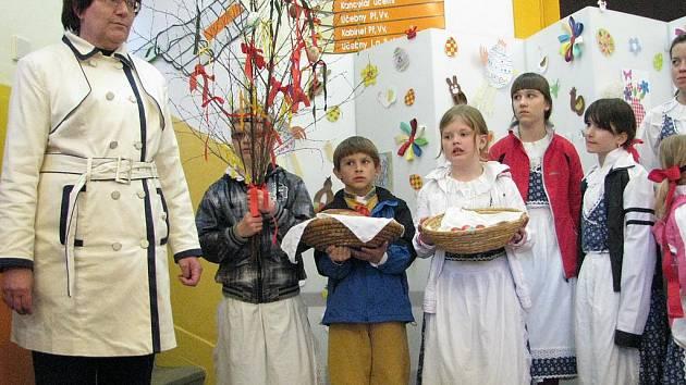 Děti přivítaly jaro a zahájily velikonoční výstavu.