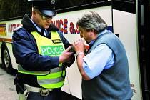 KONTROLY. Hlídce policie včera kolem deváté ráno neunikl ani řidič linkového autobusu u husineckého hřiště. Jeho doklady byly  v pořádku stejně jako orientační dechová zkouška.