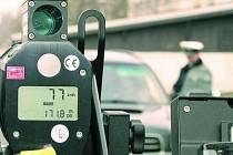 TĚŽKÁ NOHA NA PLYNU. Většina šoférů při pohledu na policejní hlídku s radarem sundala nohu z plynu. Našli se ale i tací, kteří jeli rychleji. Museli platit pokutu, radar je totiž neomylný. A tak některým šoférům ještě k finanční sankci přibudou body.