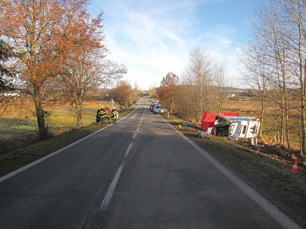 Sanitka, která havarovala ve čtvrtek 19. listopadu v Chlumu u Volar. Převážená žena nehodu nepřežila.