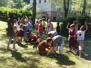 Děti z prvních a druhých tříd tráví týden na Klápě na letním táboře. Převlékají se za indiány.