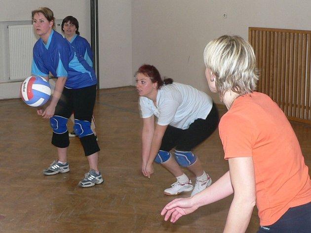 Čtyři ženská volejbalová družstva bojovala ve Zdíkově o Mikuláše z perníku.