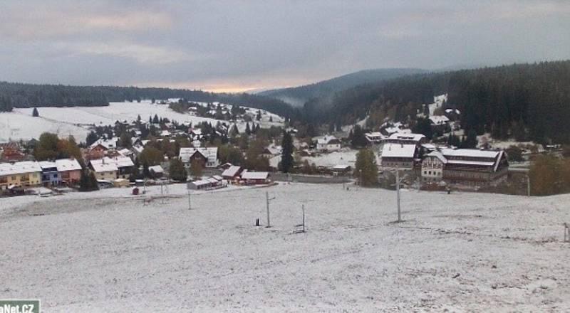 První sníh přišel letos na Kvildu 13. října. A už stojí i první letošní sněhulák.