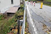 Kompletní opravy se silnice dočká až v příštím roce.