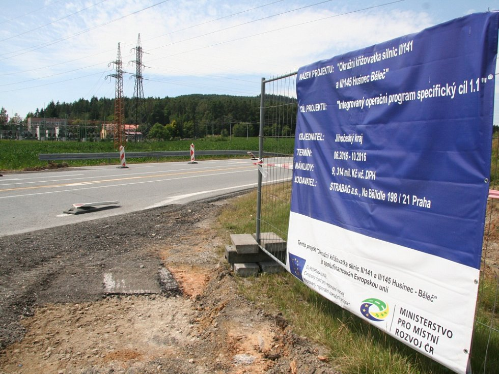 Stavba okružní křižovatky u Těšovic pokračuje již třetí týden. Přesto se stále najdou řidiči, kteří dojedou až téměř na staveniště, aby se přesvědčili, že dopravní značení nelže.