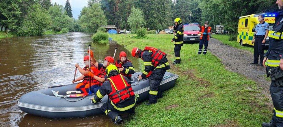 Hasiči a policisté zachraňovali šest vodáků z Vltavy.
