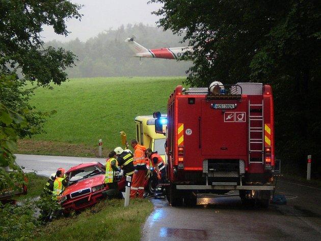 K nehodě osobního vozidla u Mičovic na Lhenicku vyjížděli i záchranáři, povolána byla také letecká záchranná služba.