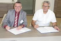 Spolupráce vimperské Nerudovky a firmy Rohde & Schwarz je stvrzena podpisem.