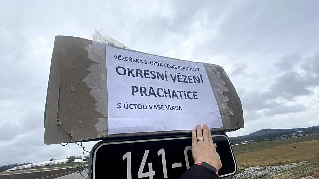 U cedulí označujících okres Prachatice a Strakonice neznámý vtipálek připojil nové značení.