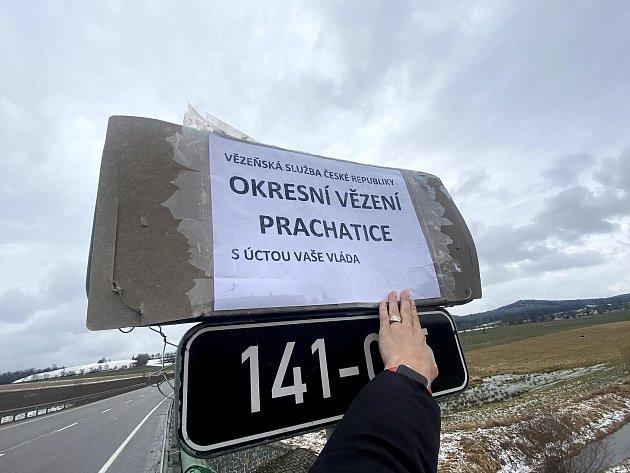 Ucedulí označujících okres Prachatice a Strakonice neznámý vtipálek připojil nové značení.