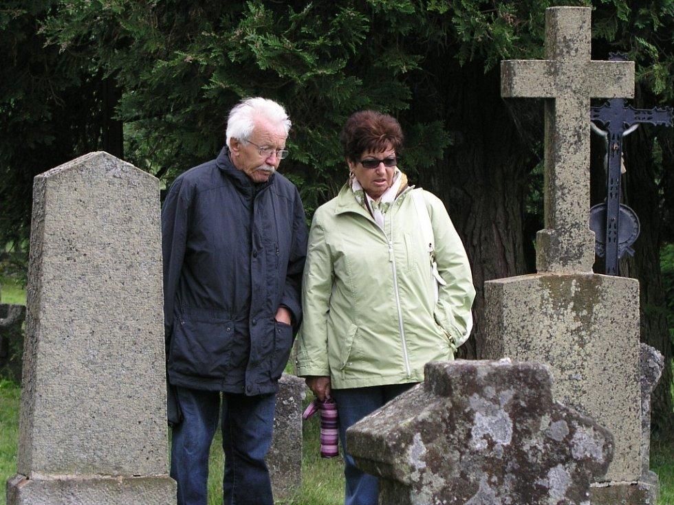 Přestože obec Knížecí Pláně zanikla v padesátých letech minulého století, rodáci či jejich potomci každoročně přijíždějí na pouť, která se odehrává v místech, kde stál jejich farní kostel.