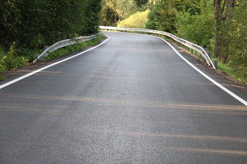 Po opravené silnici jezdí řidiči od Smědče ve směru na  hranici okresu s Českým Krumlovem.