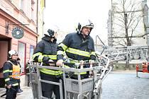 Prachatičtí hasiči cvičili snesení pacienta z věže kostela sv. Jakuba.