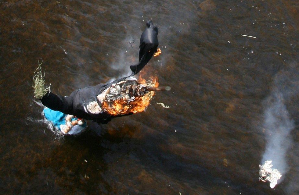 Vlastnoručně vyrobenou Moranu vhodili v neděli 2. dubna do řeky Blanice Husinečtí. Rozloučili se se zimou.