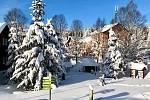 Kvilda pod sněhem. V nakladači tráví starosta obce Václav Vostradovský, stejně jako jeho kolega, v průměru dvanáct hodin denně. O víkendu navíc zažili nápor turistů.