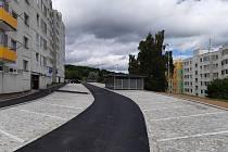 Luční ulice má nový povrch, parkovací místa, přístřešky na kontejnery, osvětlení i lavičky.