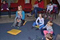 Dopoledne si děti s rodiči užily v Muzeu české loutky a cirkusu. Na programu bylo společné tvoření a pohádka O Zlatovlásce.