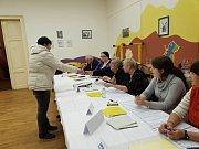 Prachatice 2. Okrsek v 16.45 z 1077 voličů odvolilo přes 270.