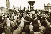 Vztyčený a mírně rozevřený ukazováček s prostředníčkem na lidské ruce používají dodnes jako symbol vítězství, nejpopulárnější byl však před dvaceti lety.