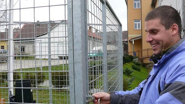 Údaje získává Ivo Rolčík také z přístrojů umístěných před domem a část také z čidel na střeše domu.