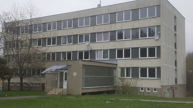 Bývalá ubytovna dnes bytový dům s malometrážními byty v Krumlovské ulici v Prachaticích.