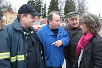 Konečně je tady, zástupci volarských hasičů spolu se starostkou Martinou Pospíšilovou se chystají na prohlídku nového vozidla.