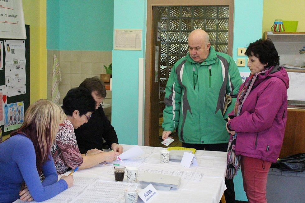 První minuty druhého kola volby Prezidenta ČR ve volebních místnostech v ZŠ Národní v Prachaticích.