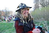 Lampionový průvod a slet čarodějnic vyšel ve Volarech tradičně od budovy staré školy a městem, sídlištěm a uličkami došel až na hasičskou louku.