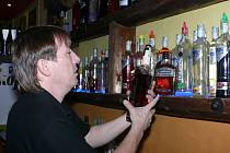 Barmani vyndavají ze skladů lahve s tvrdým alkoholem.