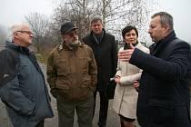 Podle ministra životního prostředí Richarda Brabce (vpravo) by se mělo se sanací areálu pokračovat tak, aby na likvidaci nejtoxičtějších odpadů navázala likvidace méně nebezpečných látek a sanace stavebních objektů.