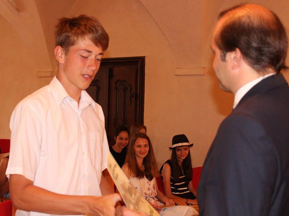 Studenti kvarty prachatického gymnázia převzali v Radničním sále z rukou starosty Martina Malého pamětní listy. Na snímku David Zimandl.