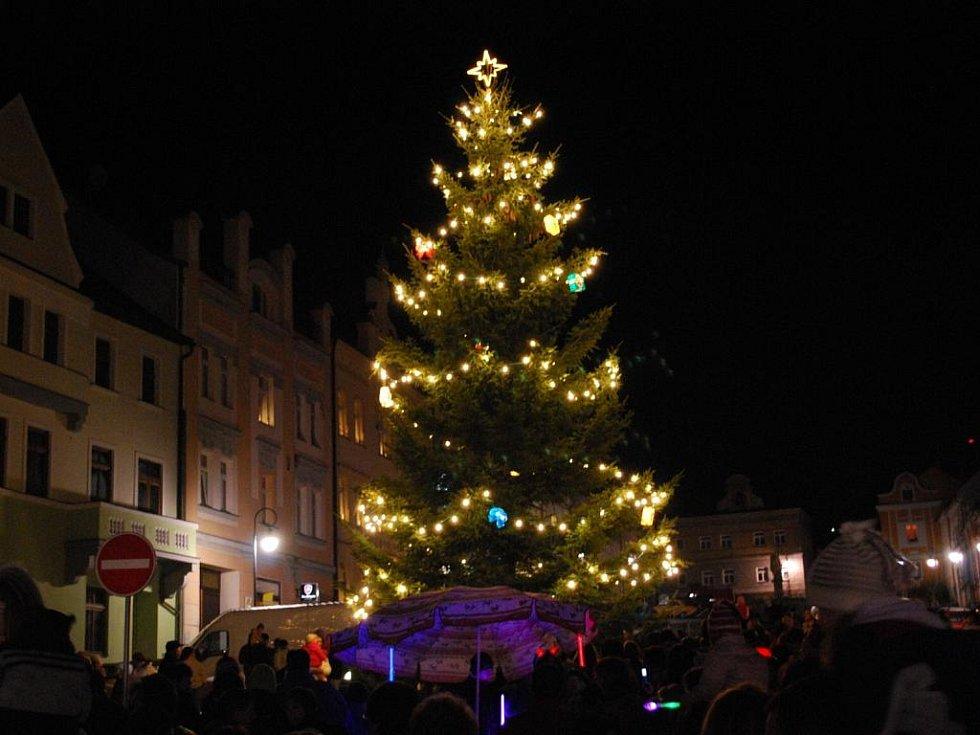 Vimperk prozářil rozsvícený vánoční strom.