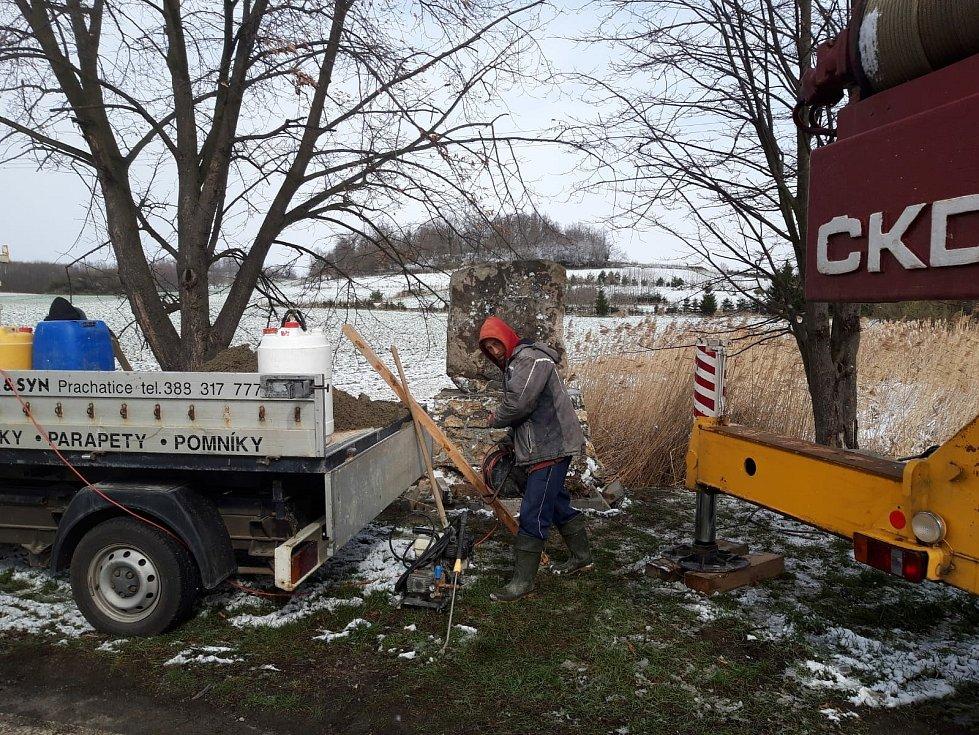 S vrácením opraveného pomníku na původní místo musel kameníkům pomoc jeřáb.