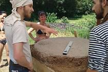 Parta dobrovolníků pomohla se stavbou pece v zahradě prachatické Kralovy vily.