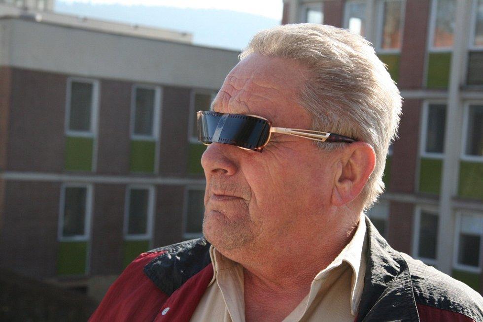 """Někteří neváhali a na Skalku přišli se speciálně upravenými brýlemi. """"Návod jsem se dočetl v Deníku,"""" prozradil Jiří Ludačka."""