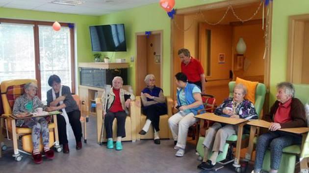 Tetičky od Baráčníků pravidelně navštěvují seniory v Domově Matky Vojtěchy v Prachaticích.