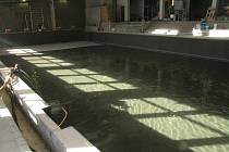 Od deváté hodiny pátečního rána natéká voda do opravené bazénové vany.