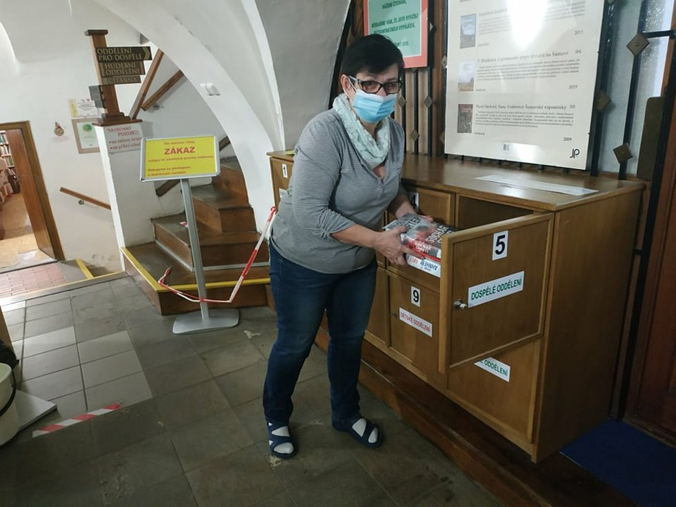Objednané knihy ukládají knihovnice do skříněk, kde si je pak vyzvedávají čtenáři.