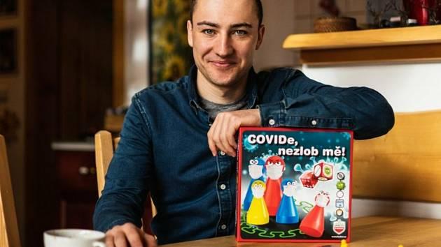 Jiří Mánek s hrou Covide, nezlob mě!, kterou vymyslel.