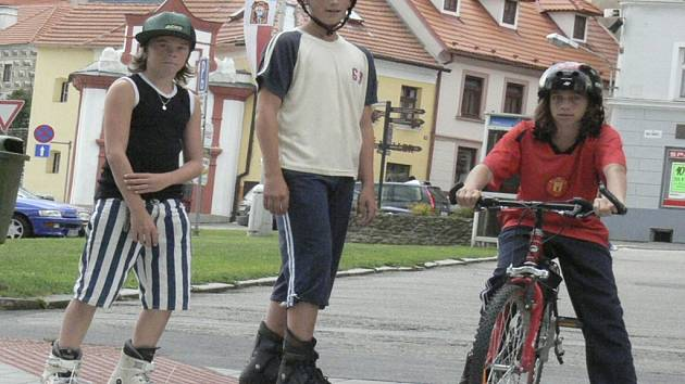 SJÍZDNÉ CHODNÍKY. Nejen lidé upoutaní na invalidní vozík, ale i senioři se pohybují po velkém množství chodníků bez problémů. Chodníky mají bezbariérové nájezdy.