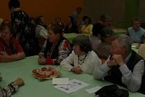 Společenský sál radnice ve Volarech patřil v pátek seniorům.
