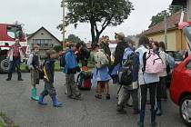 Děti z tabora u Nebahov při evakuaci do místního kulturního domu.