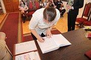 Veronika Klímová se podepisuje do pamětní knihy města.