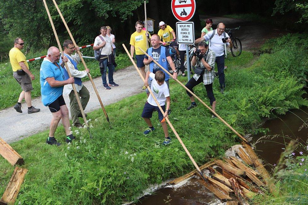 Z turistů se na chvíli stali plavci dřeva.