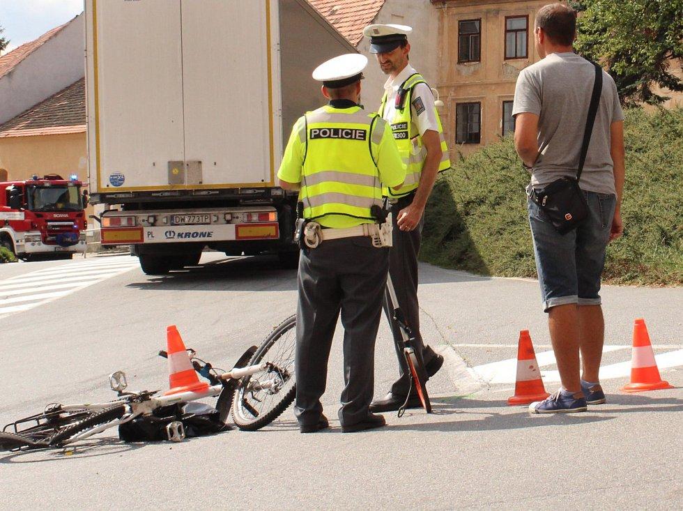Krátce před jednou hodinou odpolední došlo ve středu v Husinci ke střetu cyklisty s kamionem. Cyklista srážku nepřežil.