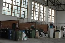 Moderní pojetí sběrného dvora nepostrádá oddělené kóje na separovaný odpad pod střechou. Tak je tomu ve Vimperku (na snímku) nebo ve Volarech.