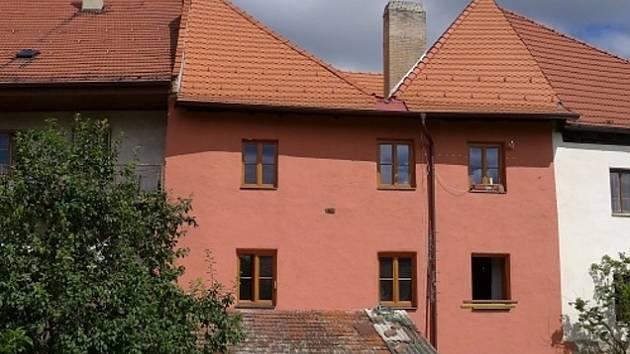 Oprava domu v Dlouhé ulici čp. 95 v Prachaticích.