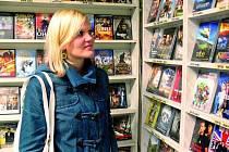 FILMOVÉ NOVINKY. Prachatická videopůjčovna nabízí nejnovější filmové trháky. Zájem přesto výrazně klesá. Levné DVD disky na novinových stáncích (malý snímek) lákají milovníky filmů více.
