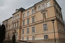 Historická budova ZŠ TGM ve Vimperku v parku u Volyňky.